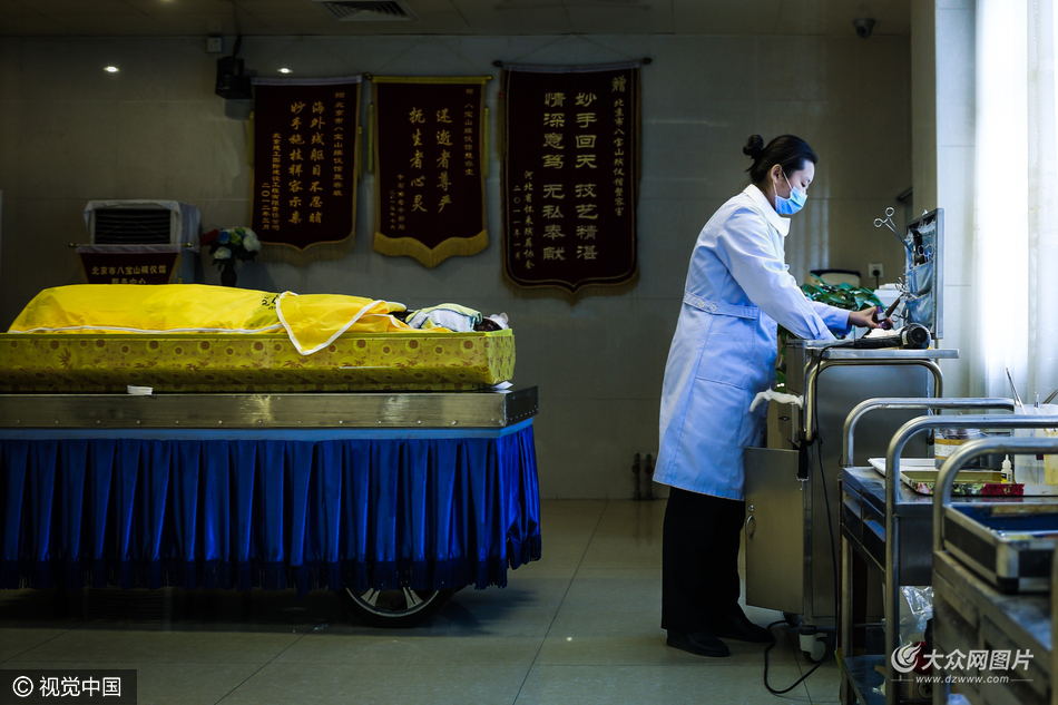 揭秘八宝山女子入殓师:三年为5000具尸体整容