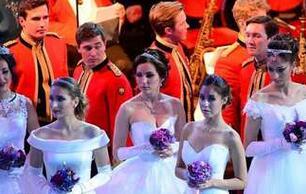 俄罗斯名媛舞会现场 少女穿白裙起舞