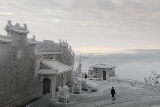 湖南南岳衡山现雾凇云海 房屋建筑披冰甲