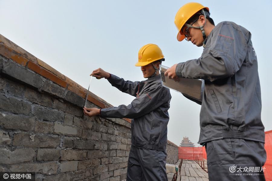 """2016年11月26日,北京,故宫老城墙首次启动""""考古式""""系统维修,借以焕发新的青春。此外,历经10年论证,故宫基础设施改造工程同期启动。"""