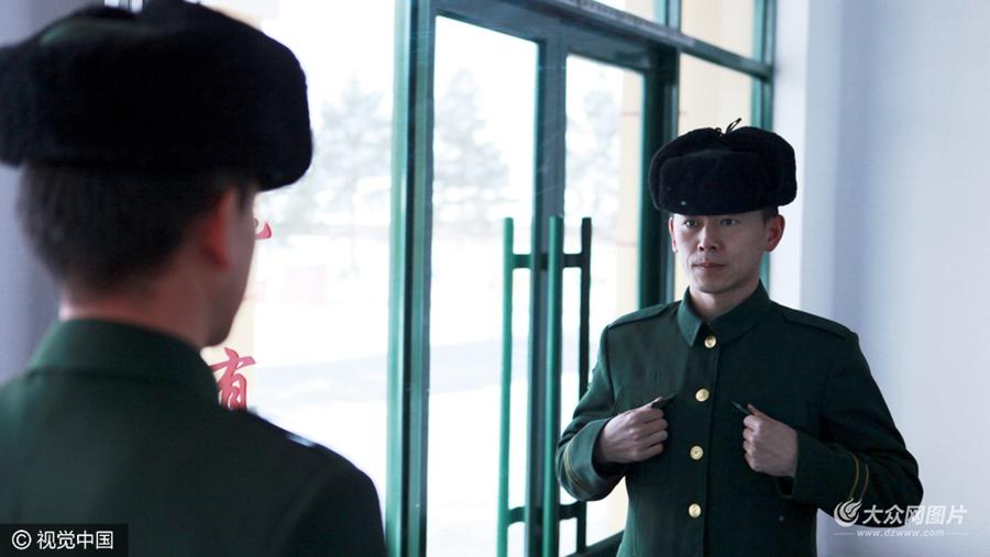2016年11月27日,黑龙江省大兴安岭地区,又到一年退伍时,在祖国最北端黑龙江省漠河县的北极村,有一名老兵,圆满完成了16年的从警路程,他叫吴德记,四级警士长,2000年入伍的他,即将踏上返乡的路程。