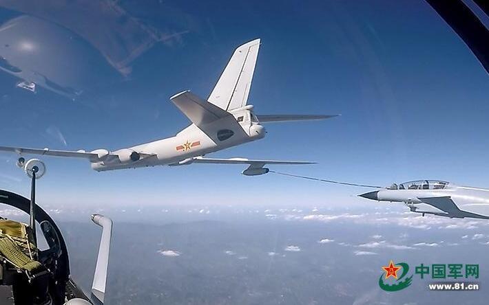 罕见曝光!歼-10双机同时空中加油