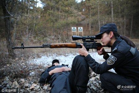 2016年12月2日,王杰同男特警队员们在特警训练基地内进行射击训练。