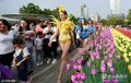 2019-08-21,河南洛阳,在一商场门前广场,10余名洋模特出街做宣传,吸引众多市民围观合影。
