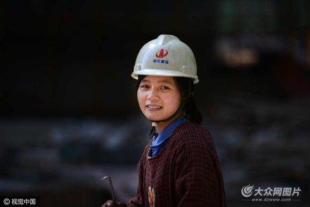 """她们随夫出征在建筑工地,戴着安全帽和男人一样混迹在钢筋水泥中,如果不细细观察,你甚至很难一眼看出她们是女人。她们是女""""农民工"""",也是""""妻子""""和""""妈妈""""。"""