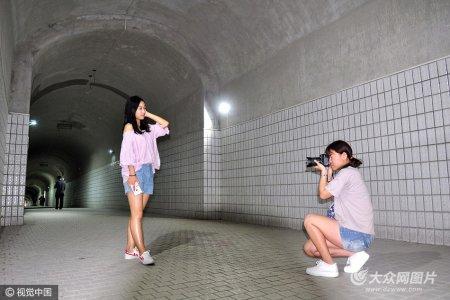 2017年5月5日,湖北武汉,实拍武汉大学珞珈山防空洞隧道。防空洞已成为便民通道。