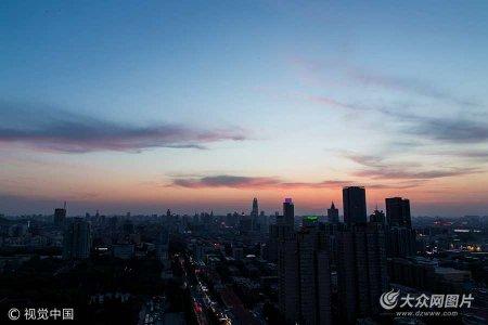 2017年5月16日,济南,近日济南不断上演日落火烧云的大片,16日傍晚也是如此。日落后,摄影师航拍济南历下区的高颜值风光,可以清晰的看到济南的几栋地标性的高层建筑。