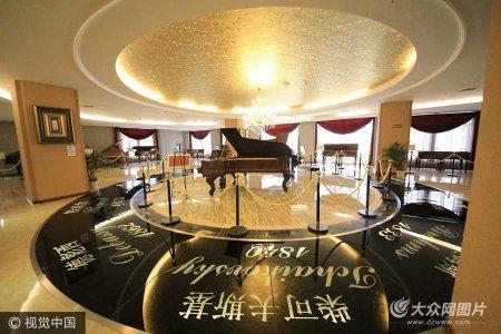 """2017年5月16日,探访重庆 """"琴痴""""花费十年时间收藏300余架古钢琴建立的钢琴博物馆。"""