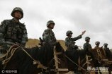 6月8日,驻守在喜马拉雅山脉腹地的西藏阿里军分区达巴边防连巡逻分队,对海拔5000多米的某执勤点位实施边防巡逻,以确保边境地区的安全稳定。