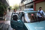 2017年6月7日,全国高考第一天,昆明,邓开颖乘出租车赶往考点。