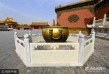 2017年6月11日,北京,近日故宫慈宁宫正门处的麒麟周围和乾清门外两侧的铜缸周围,都已经将金属栏杆更换为汉白玉制成的新栏杆。