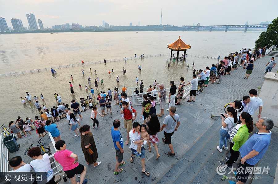 武汉:长江水位突破设防线 亲水平台成为戏水池