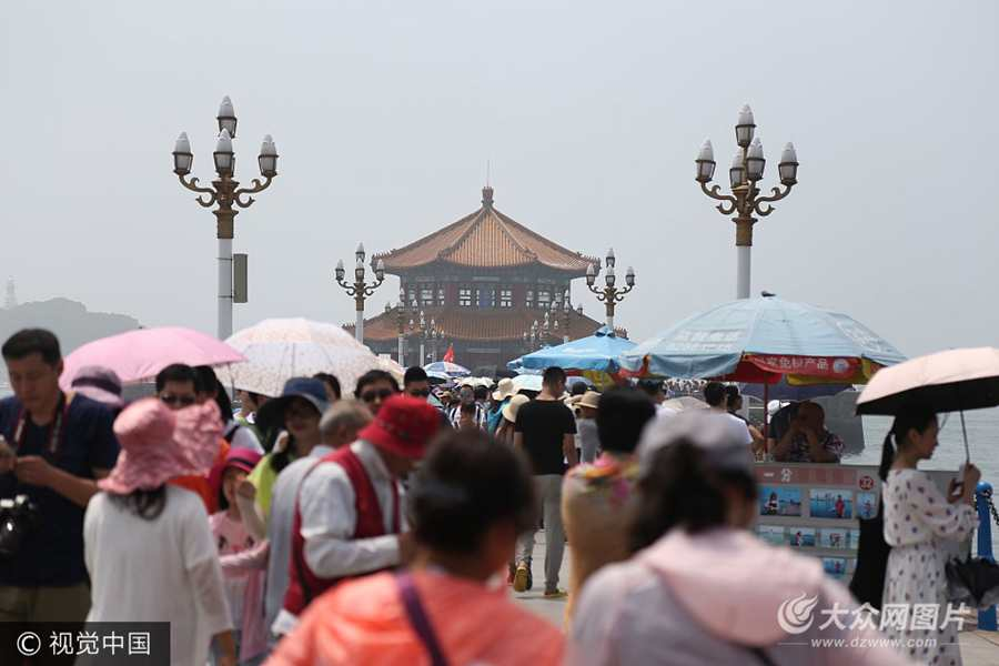 青岛迎夏日旅游旺季 栈桥景区游人众多