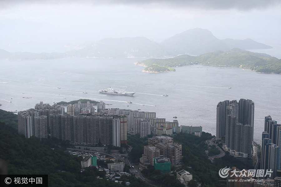 辽宁舰抵达香港 市民称作为中国人好开心