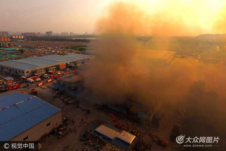 济南一物流中心发生火灾  现场浓烟滚滚