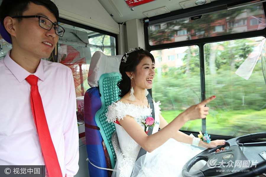 """青岛""""霸气""""婚礼引人注目 新娘开着公交车接新郎"""