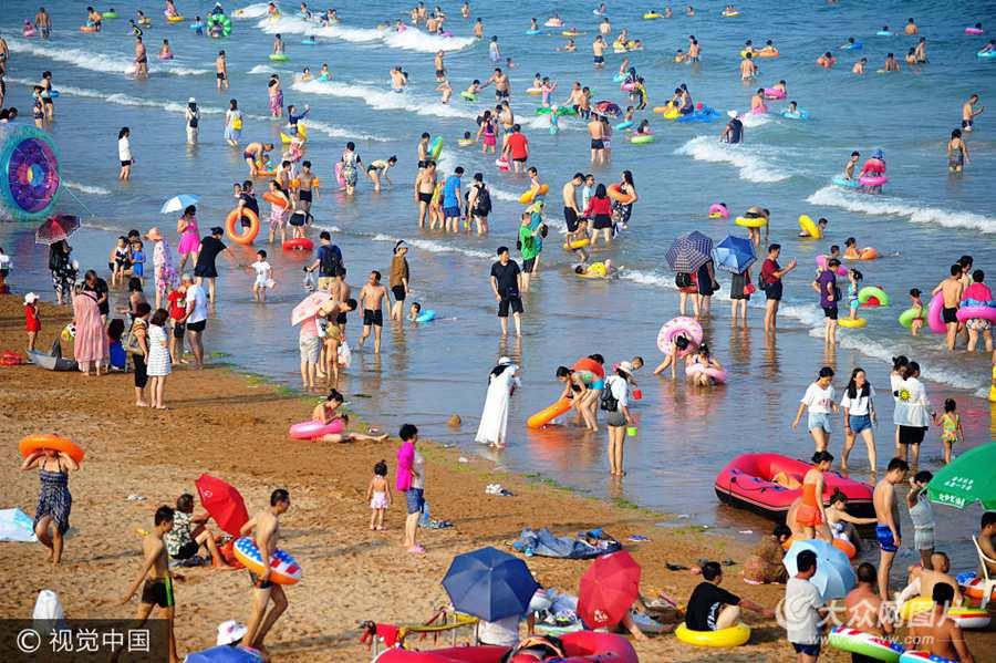 青岛:全国各地高温持续 游客海水浴场觅清凉