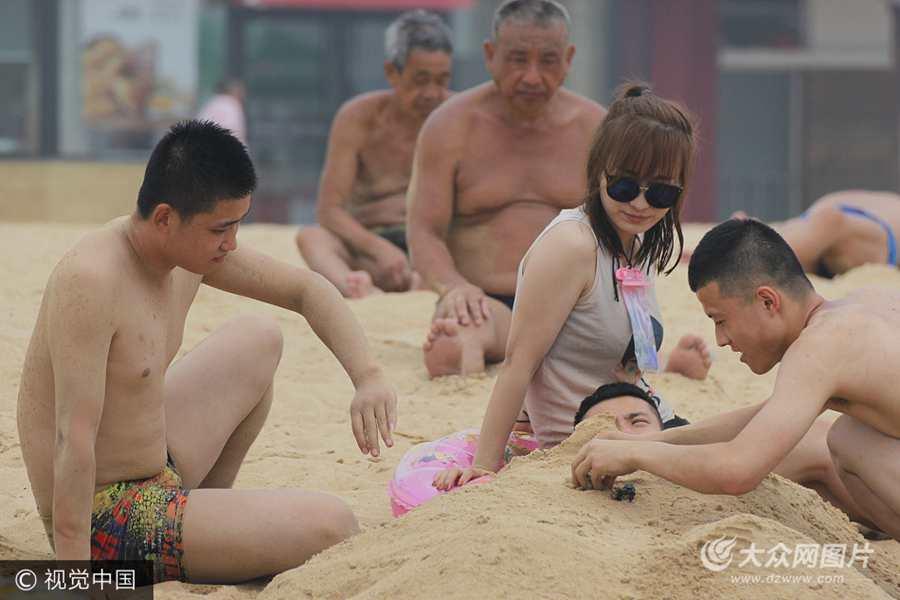 青岛:游人海水浴场洗海澡沙浴享清凉