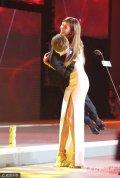 2017年7月19日讯,北京,7月19日,林志玲亮相某网站娱乐跨界盛典。林志玲身穿单肩高叉长裙性感亮相,在台上一把抱起郭敬明,踩着高跟鞋转圈圈,爽朗大笑看起来十分轻松,尽显女汉子本色。