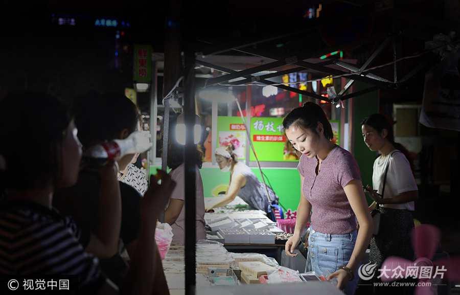 威海:美女陪老公摆摊卖小吃  顾客天天排队