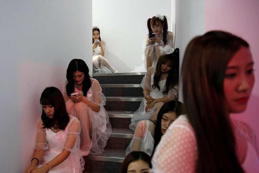 ChinaJoy 在上海火爆开幕 showgirl 扎堆楼梯间休息