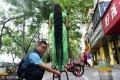 2017年7月30日,郑州建设路与工人路附近,拥有近两米长秀发的樊女士,一出现在大街上和公园里,就引来了众多市民驻足观看。