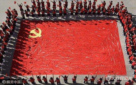 2017年9月13日,山东临沂,沂南县第二实验小学少先队用1018条红领巾拼成巨幅党旗,寓意党的十九大将在10月18日胜利召开。