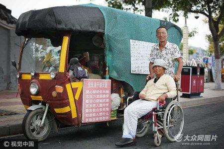 """8月25日,河南开封。七年来,他们以自制""""房车""""为家,足迹遍及40余城,笑看世间百态,同品万千美景。大豫网-豫见/视觉中国"""