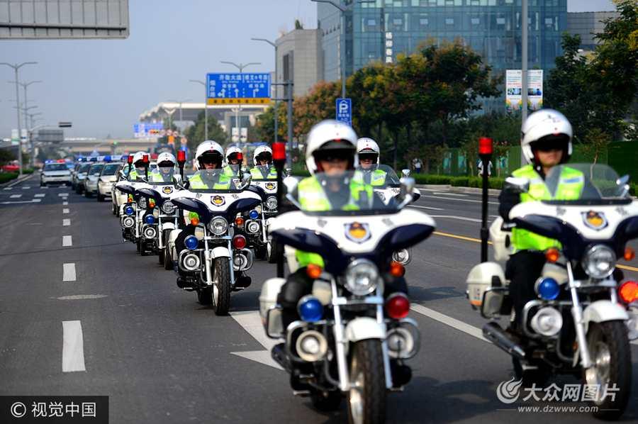 济南巡逻警察骑摩托车上路