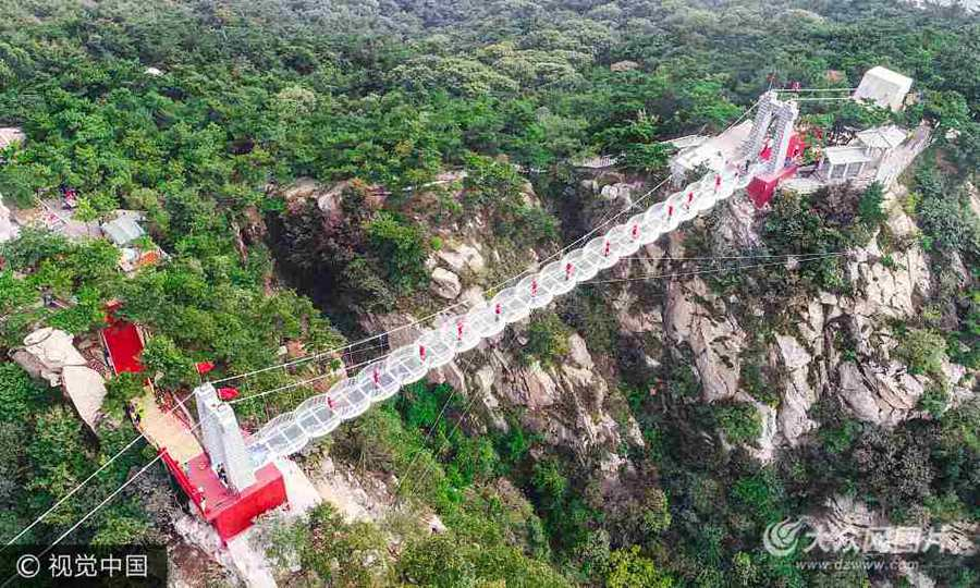 沂蒙山3D玻璃桥投入使用