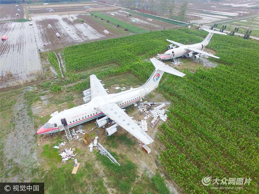 河南驻马店:土豪花800万元买两架飞机  放农田里免费参观