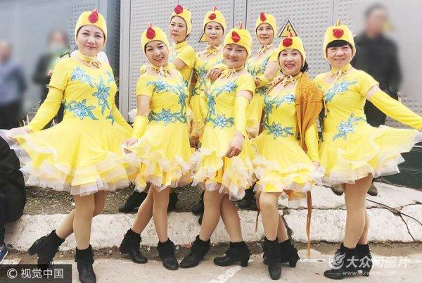 郑州:大妈街头扮小鸡跳广场舞 平均年龄58岁