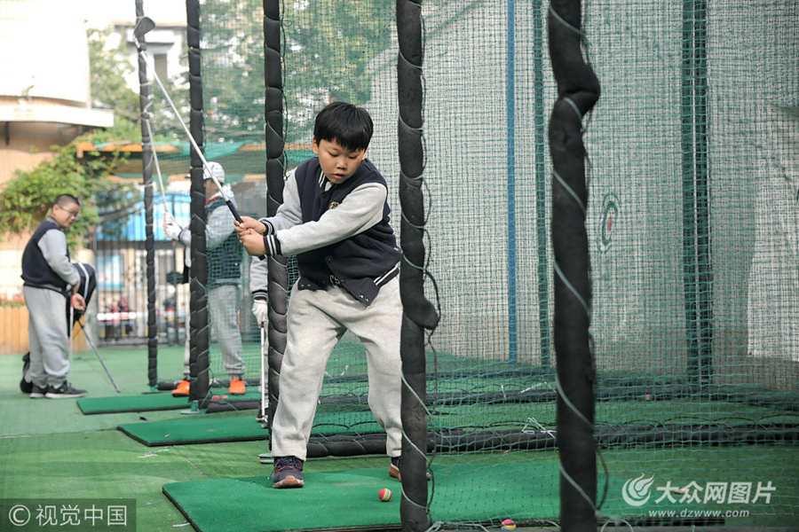 济南一小学开设高尔夫球课程