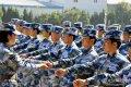 2017年10月14日,青岛,女兵老班长在训练场上手把手对新兵指导。王松岐/视觉中国