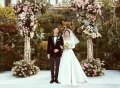 2017年10月31日,首尔,韩国艺人宋仲基与宋慧乔的婚礼在首尔新罗酒店迎宾馆举行,婚礼现场宋慧乔身穿洁白婚纱美丽迷人,与老公宋仲基在亲友的见证下行礼,甜蜜对视幸福满满。
