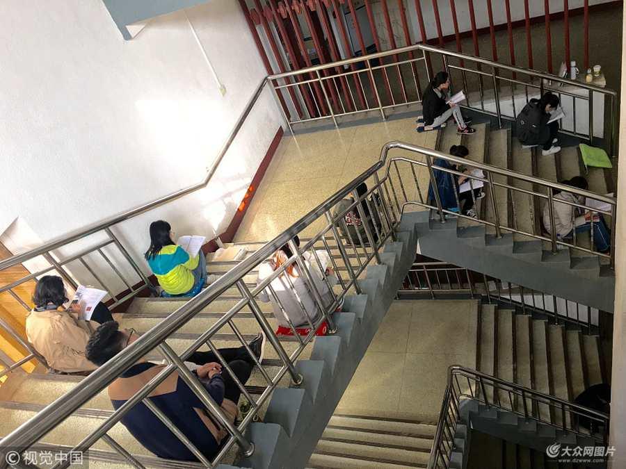 济南:临近考研 学子楼道里背书