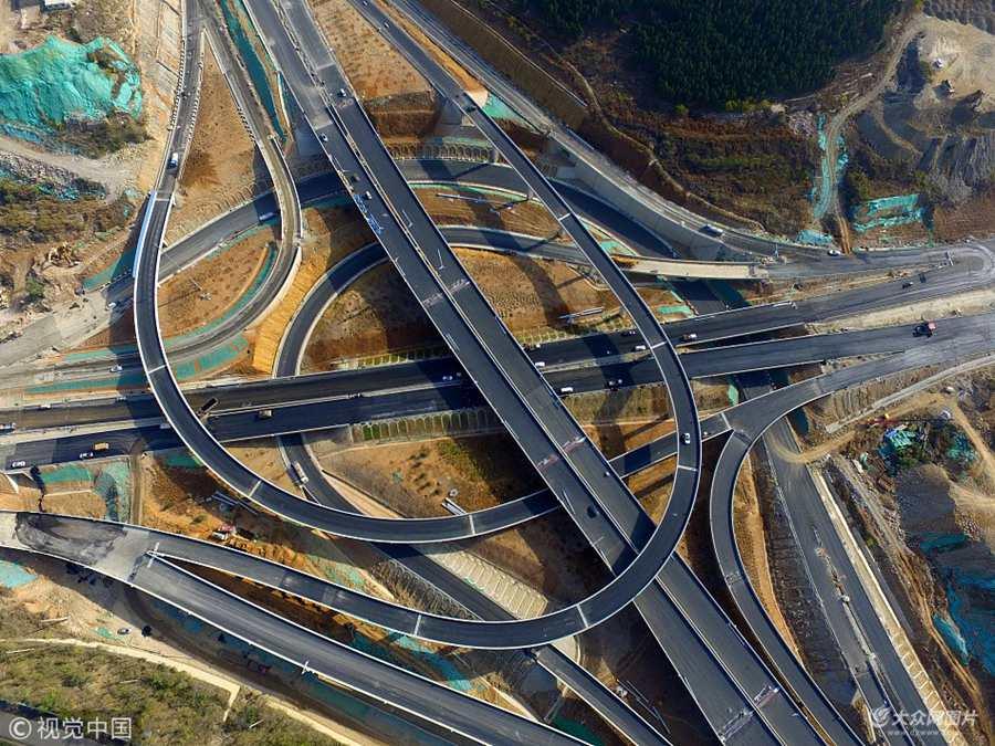 航拍济南最大立交桥即将竣工 正在安装路灯铺设沥青