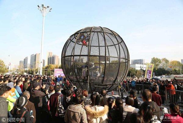 济南:4男子骑摩托车铁笼内疯狂倒转  吸引路人围观