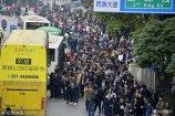 2017年11月12日,武汉,民族大道光谷公交车站,乘坐公交的客流堪比春运。每辆公交车上乘客前胸贴后背,拥挤不堪。