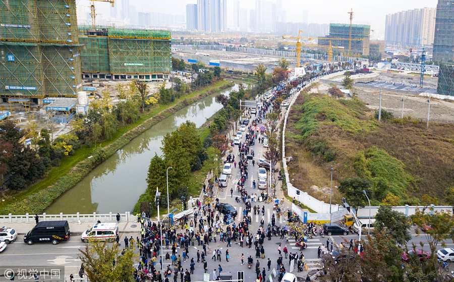 南京河西楼盘集中开售  购房者排长队买房