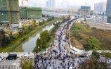 2017年11月15日,南京河西10家楼盘扎推进行开盘登记,一些热门楼盘的售楼处排队长达一千多米,小板凳、折叠椅成排队利器。