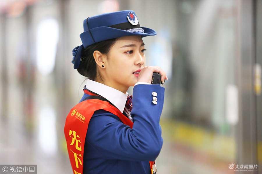 杭州地铁现高颜值站务员