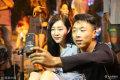 """2019-07-16,安徽阜阳,安徽省阜阳市清河广场上,几位""""特殊""""的年轻人正聚在一起进行了一场别开生面的直播。无臂励志女孩杨莉也是其中一员。"""