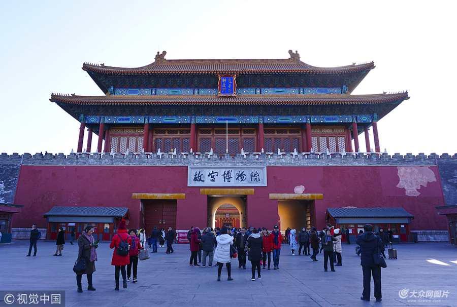 北京:强风吹落午门墙皮