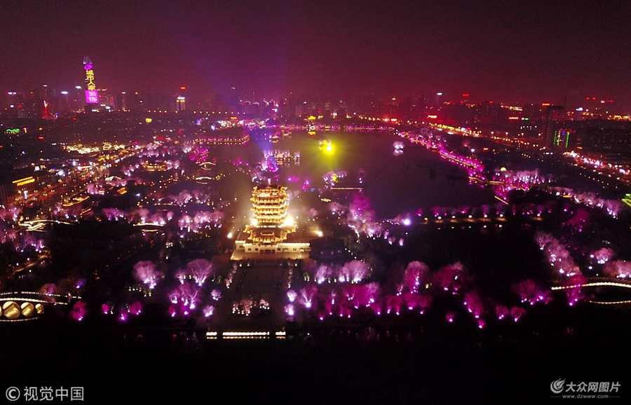 大明湖千万盏彩灯全面点亮 景区犹如梦境