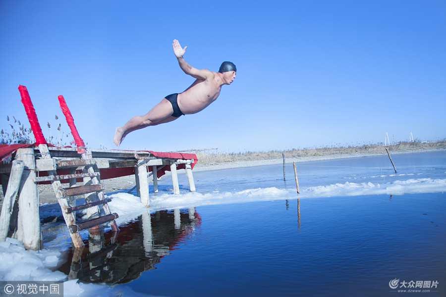 营口:市民零下10度冰海里花样冬泳