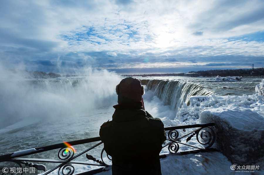 """极寒天气造就奇观!游客冒严寒观赏尼亚加拉瀑布""""冰封""""美景"""