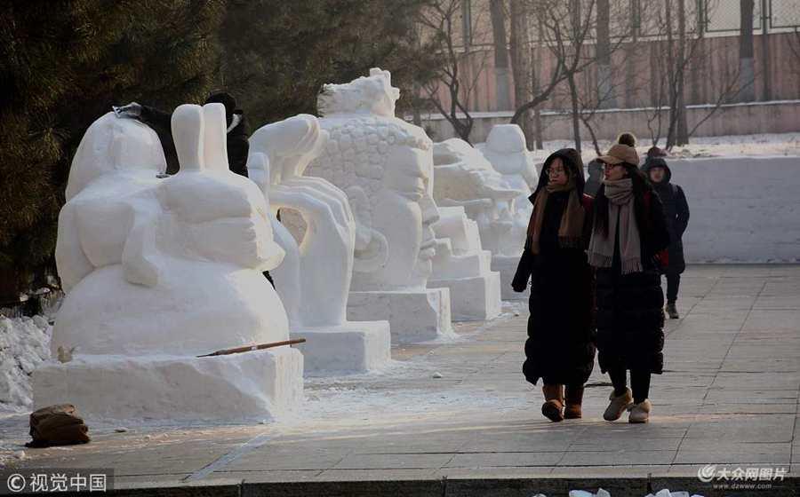 哈尔滨一高校亮相百余座雪雕  巨型佛头像引人注目