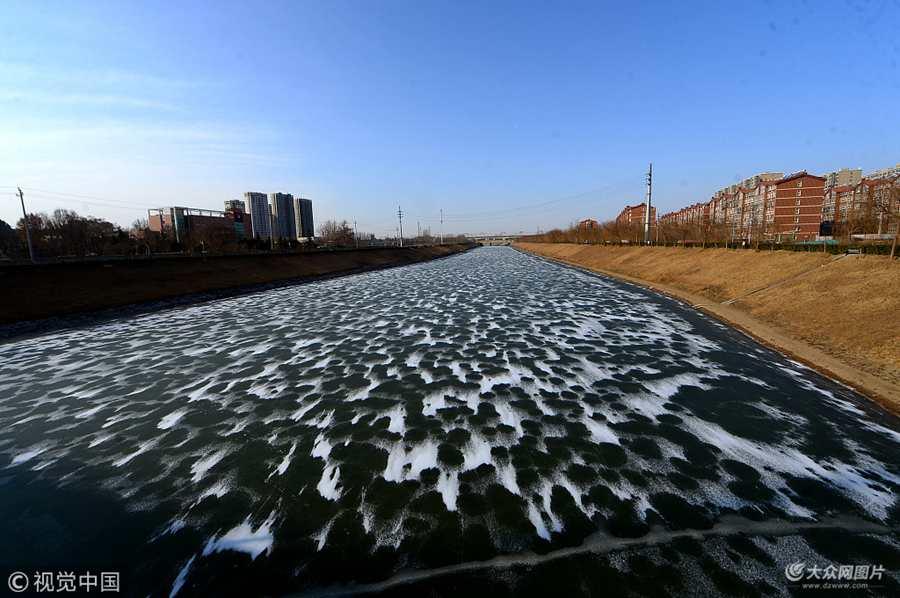济南:寒冬最冷季开启 冰雪封河三千米宛若巨幅水墨画