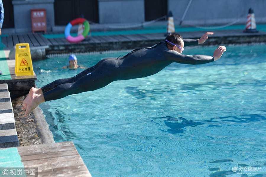 济南气温降至零下10度  市民冬泳热情不减